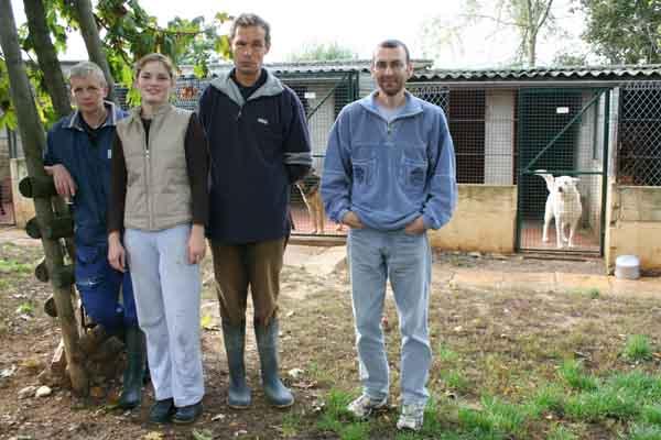 De gauche à droite : Danièle : animalière, certificat de capacité n° 21-CC-AC-012, part en retraite le 1er octobre 2011, mais reste bénévole Cécile : bénévole. Claude : animalier, certificat de capacité n° 21-CC-AC-060. Yann : animalier.